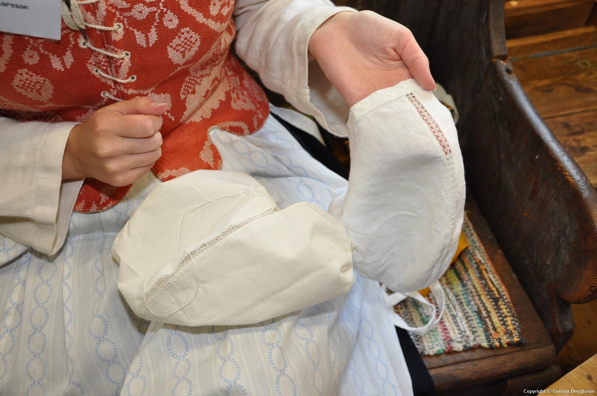Anja syr en Birgitta-hätta med spetssömn
