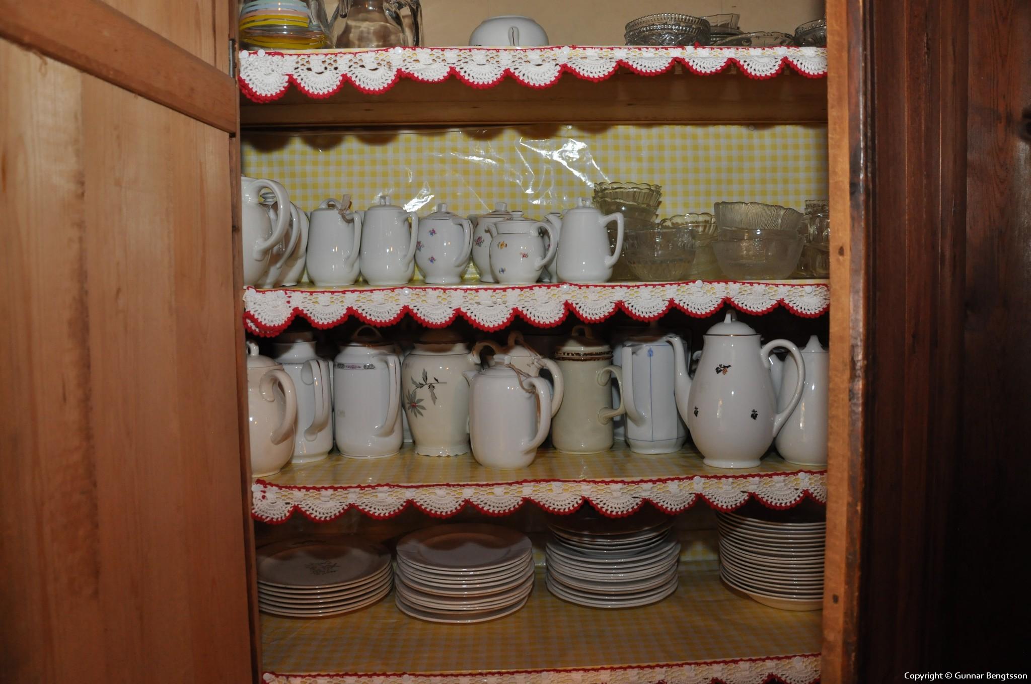Skåpet med kaffekannor