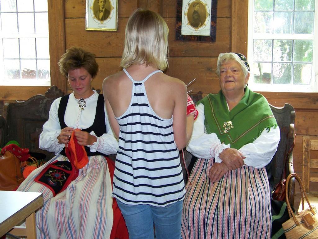 Besökare beundrar Ofelia Oviks och Barbro Ericssons alster 20140720