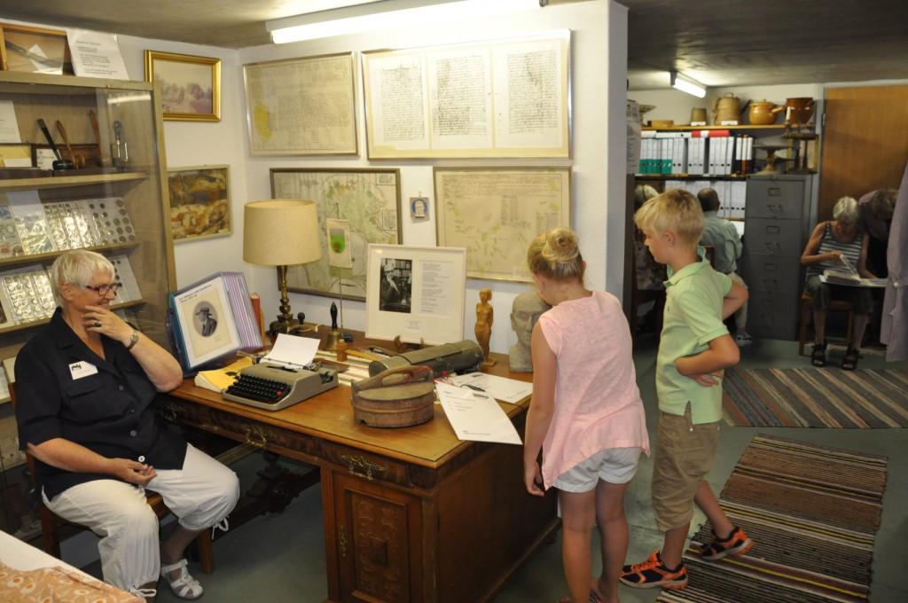 Birgit Backer m intresserade yngre o äldre i arkivet