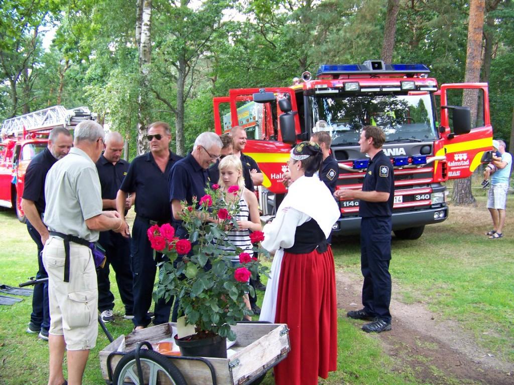 Leif o A-M Andersson säljer lotter till brandmännen 20140720