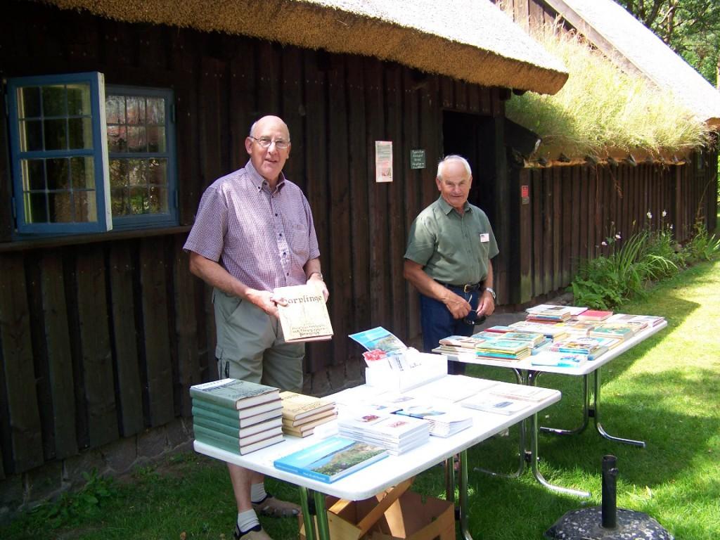 Roland Stensson o  Gert Carlsson vid bokbordet 20140720