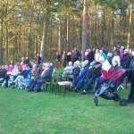 Publiken lyssnar till sång o tal