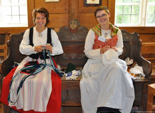 Ofelia och Anja handarbetar