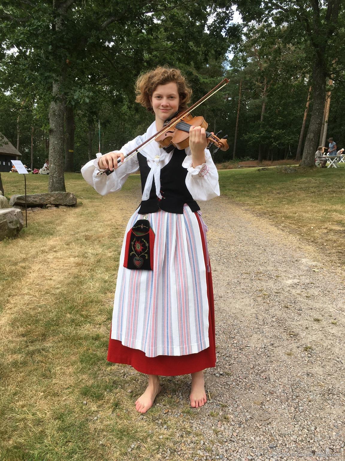 Första söndagen underhöll Oline Ovik på violin och berättade intressant om musiken.