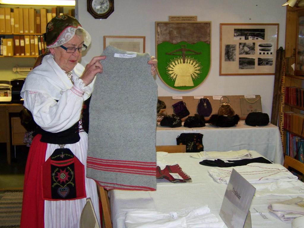 Margareta Hulten ordnar textilier 20140720