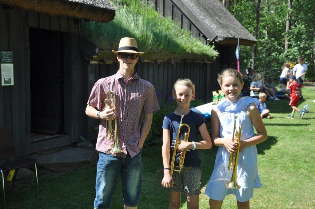 Tre unga trumpetare från byn gav med sina fanfarer extra stämning åt dagen